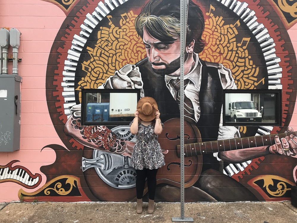 Nashville mural of man playing a guitar